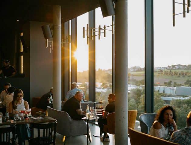 Die LOOM Skybar in der Buntweberei in Eislingen bietet sich an für After-Work, Cocktails und Burger. Das Bild zeigt die Bar in der Abendstimmung.